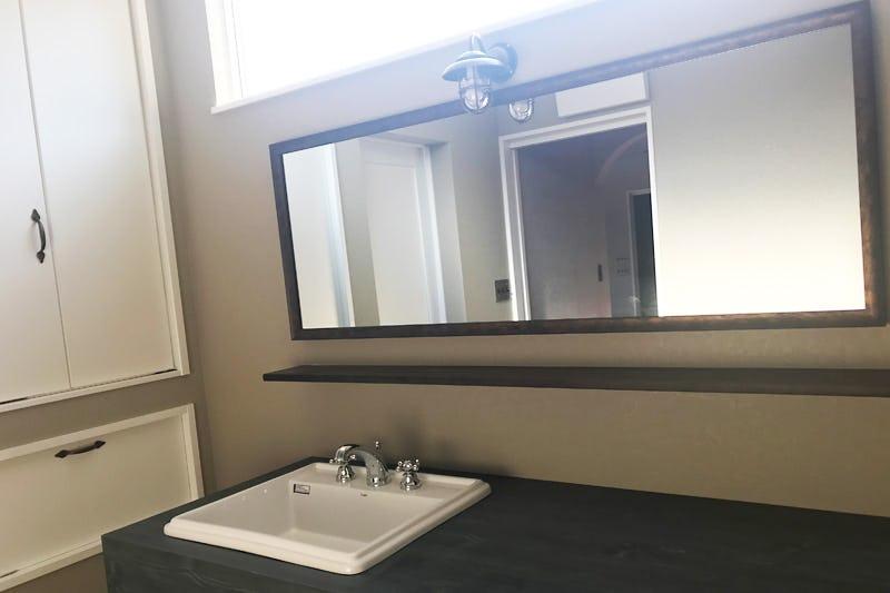 洗面所の鏡に使用したアンティークミラー「オールドミラーシリーズ (A-44031)」