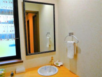 洗面所の鏡に 和風モダンミラーシリーズ「B-49500」を使用した事例 (岡山県岡山市 T様)