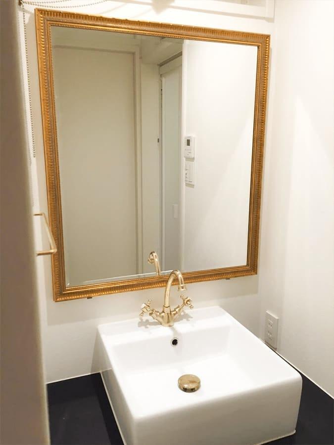 洗面所に設置したゴールドのアンティークミラー