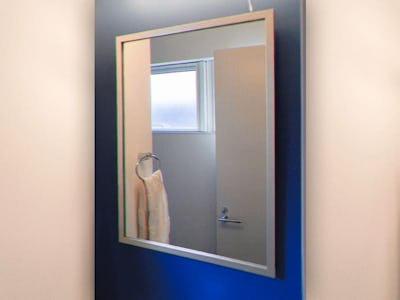 モダンな洗面所の鏡に!カジュアルミラーシリーズ「03-UH2015S」を使用した事例