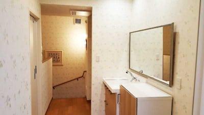 子供専用フロアの洗面所にアンティークミラーの「C-21035」を設置した事例 (埼玉県さいたま市 I様)