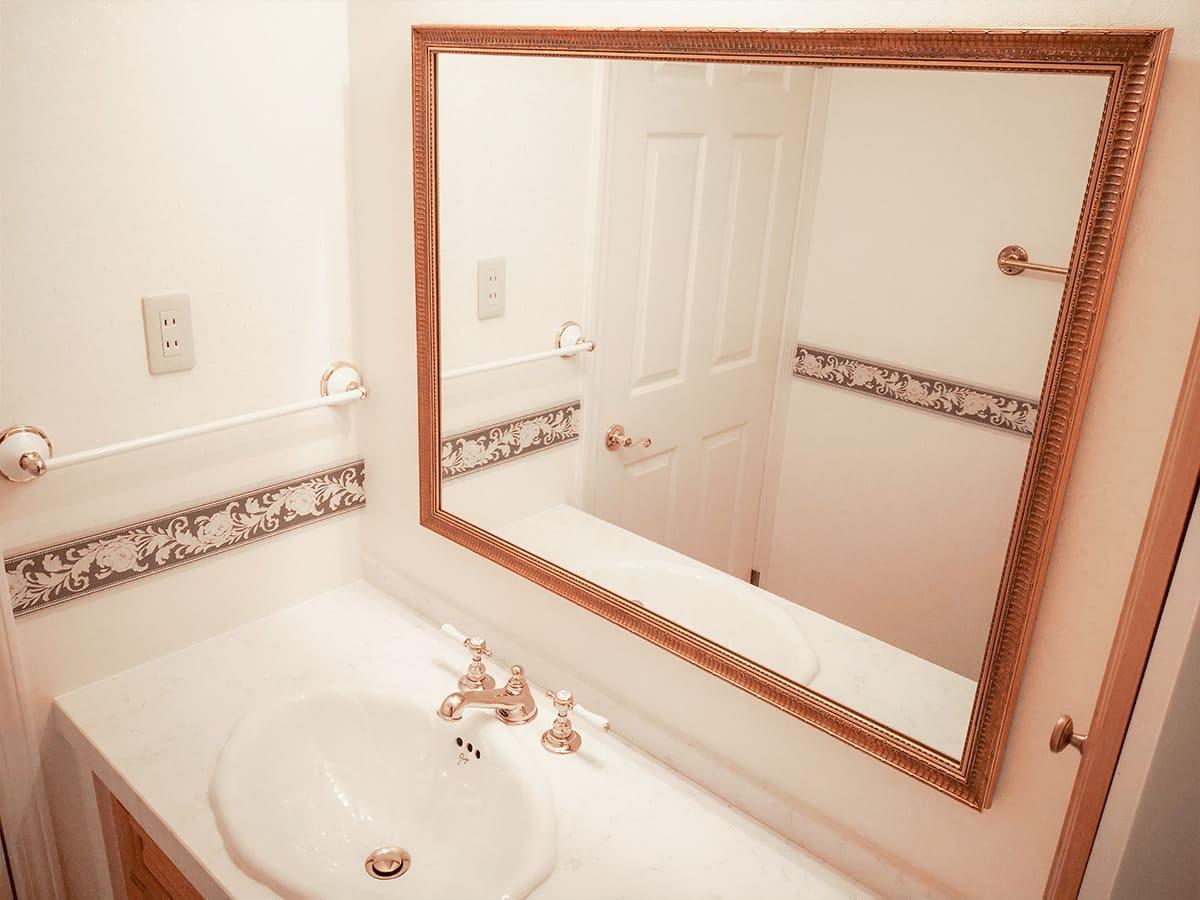 洗面所に設置したアンティークミラー