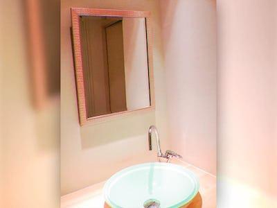 シンプルな洗面所も可愛らしく!オールドミラーシリーズ「B-20172」を使用した事例