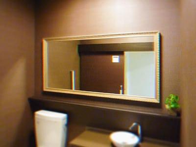 トイレにもオシャレなこだわりを!バロック調ミラーシリーズ「G-20167」を使用した事例