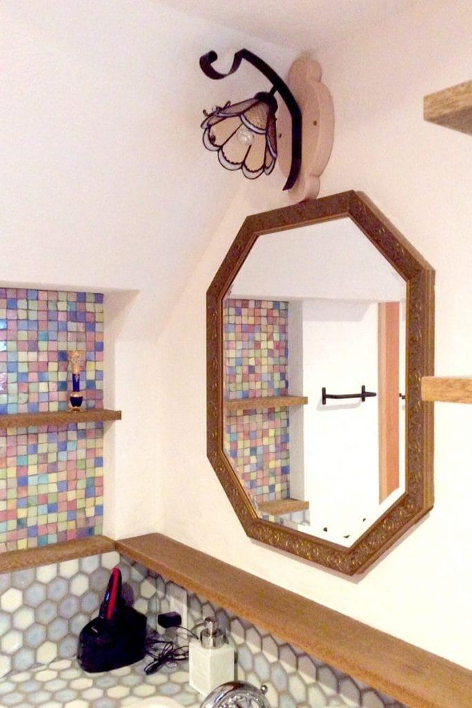 洗面所に設置した八角形のアンティークミラー